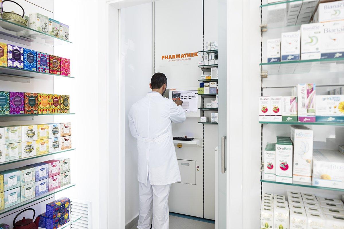 Robot Pharmathek Farmacia Russo - collaboratore adopera il robot