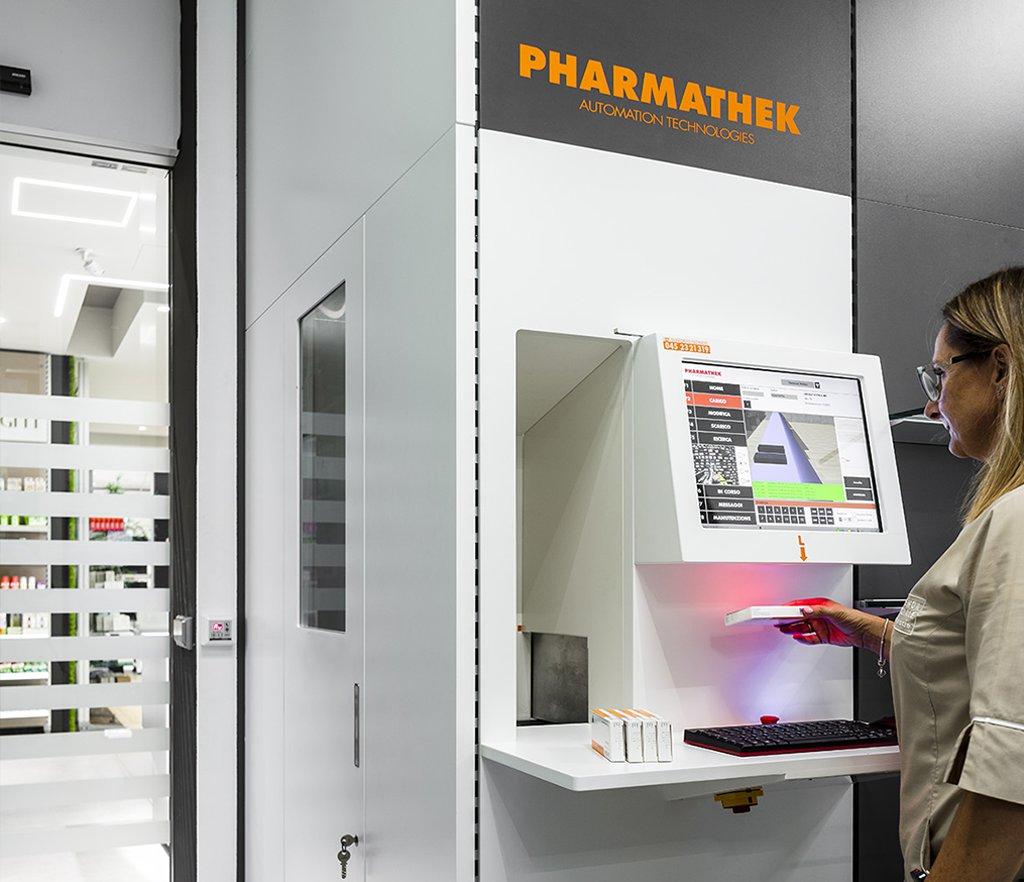 Farmacia San Miniato Basso - console operatore con vista farmacia